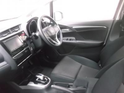 フィット 新潟中古車 2代目ハイブリッドは1.5Lエンジンとモーターに7速ATを組合せ、4WDでも燃費は28.2km/L。Fパッケージ(新車199.0万円)は★オートAC★スマートキー&プッシュスターター★コンフォートビューPKG(ワイパーデアイサー・ヒータードアミラー))ほかオプションの★あんしんPKG(レーダーブレーキ・サイドエアバッグ)★メモリーナビ1セグTV★ナビ装着SPLパッケ(バックカメラ・ハンドルスイッチ)も付いて充実装備!