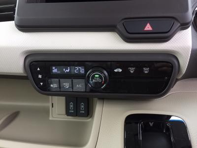N BOX 新潟中古車 新型N BOXは先代より約80kg軽量化。アイドルSTOPとCVTの燃費は27.0km/Lに向上。装備は★ホンダセンシング(レーダーブレーキ・レーダークルーズ・前後誤発進防止)★パワースライドドア★キーフリー&プッシュスターター★オートエアコン★LEDヘッドライト★ナビ装着用PKG(バックカメラ・ハンドルリモコン・ETC)★リヤロールサンシェードなど。オプションカラーのパールホワイト!
