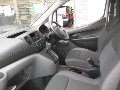 NV200バネット 新潟中古車 世界で販売されるNV200。FFレイアウトで1.6Lガソリンエンジンを搭載。荷室長さは183mmで、1間サイズの合板が床上に積み込可能。DXの5人乗りタイプで★エアコン★ABS★キーレス★リヤワイパーほかオプションの★パワーウィンド★ラゲッジフロアプロテクター★フロントマットも付いています。